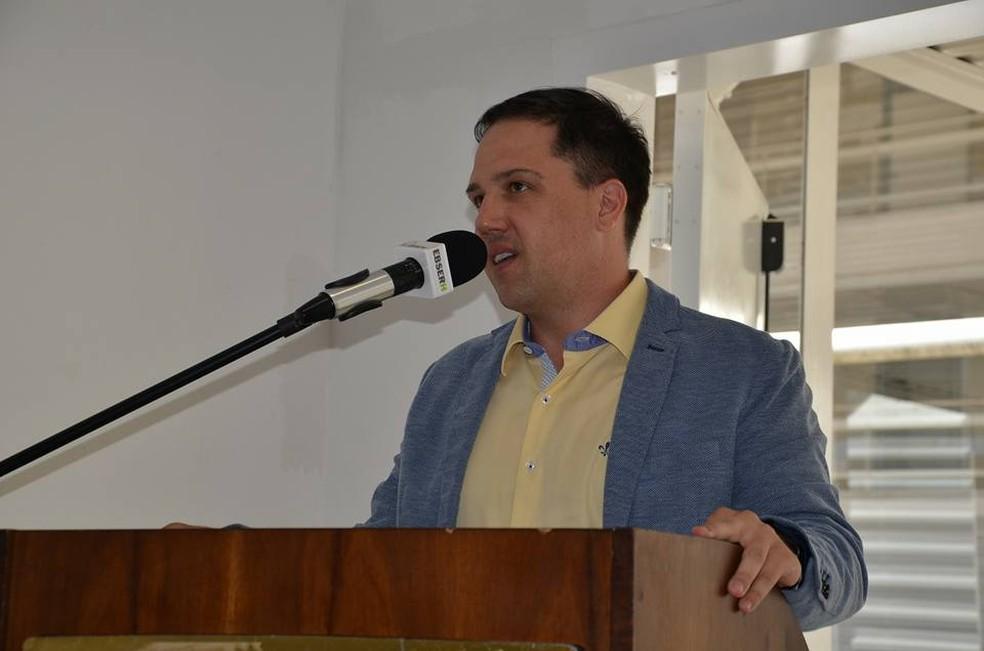O vice-prefeito de São Carlos, Giuliano Cardinali, pediu exoneração do cargo de Secretaria de Habitação e rompe com o prefeito Airton Garcia (Foto: Reprodução/Facebook)