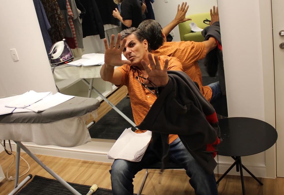 Evandro Mesquita brinca com a câmera de Gabriel (Foto: TV Globo)