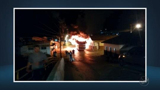 Ônibus escolar é queimado em pátio da prefeitura de Itanhandu, MG