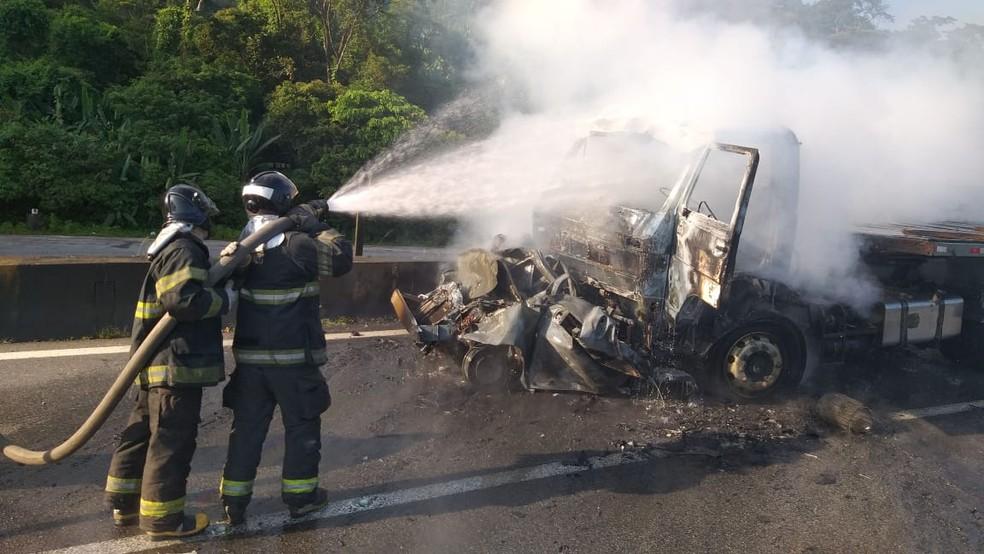 Corpo de Bombeiros apagam chamas em acidente na Rodovia Anchieta, em Cubatão (SP) — Foto: Divulgação/Polícia Rodoviária