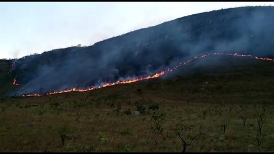Fogo na Chapada dos Veadeiros já chegou à área turística do parque, em Goiás