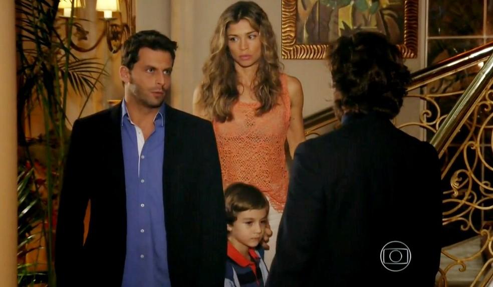 Em 'Flor do Caribe', Ester (Grazi Massafera) e Cassiano (Henri Castelli) enfrentam Alberto (Igor Rickli) para tirar Samuca (Vitor Figueiredo) da mansão — Foto: Globo