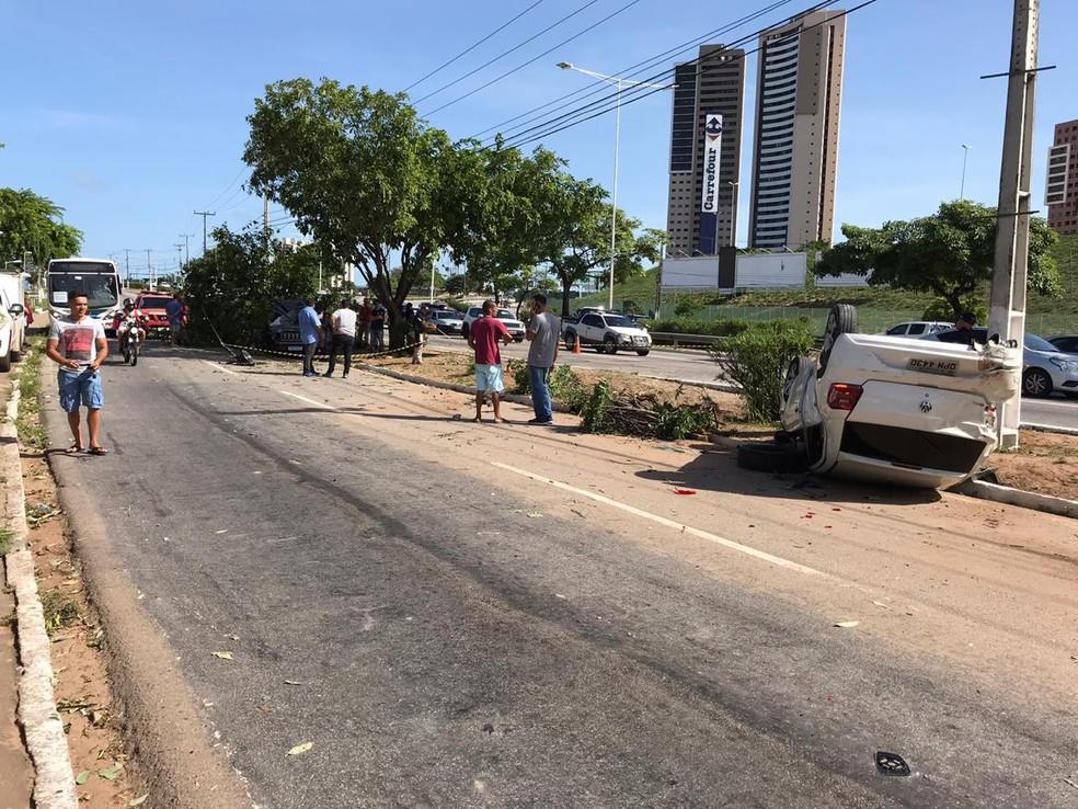 Carro em que estavam os assaltantes também capotou durante perseguição em Natal — Foto: Ayrton Freire/Inter TV Cabugi