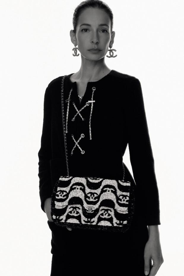 Amanda Sanchez veste look da coleção de pré-verão 2021 da Chanel, inspirada no Brasil (Foto: Tim Elkaïm)