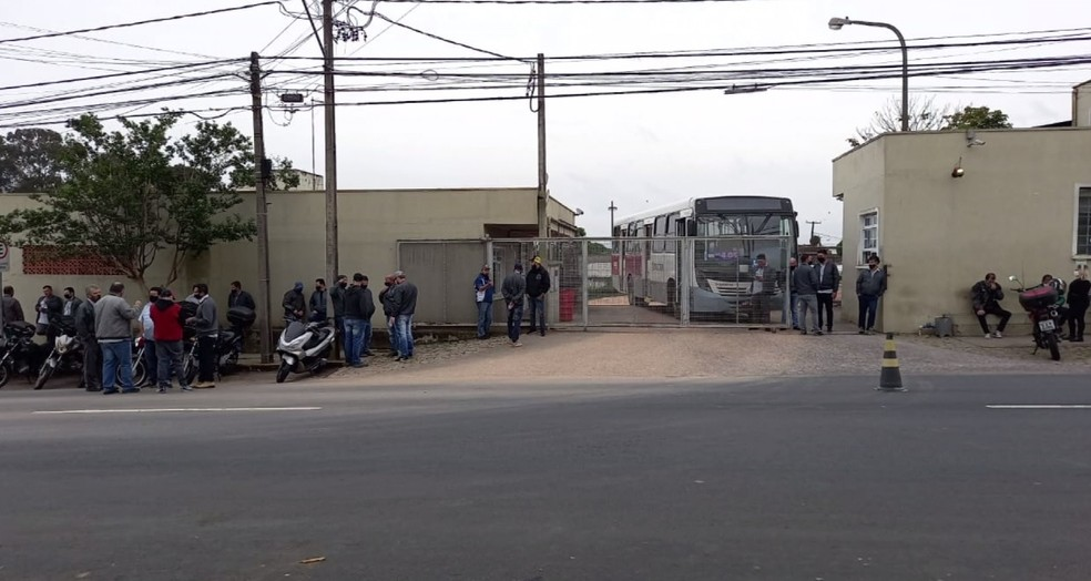 Motoristas de ônibus fazem greve por falta de salários em São José dos Pinhais— Foto: RPC/Reprodução