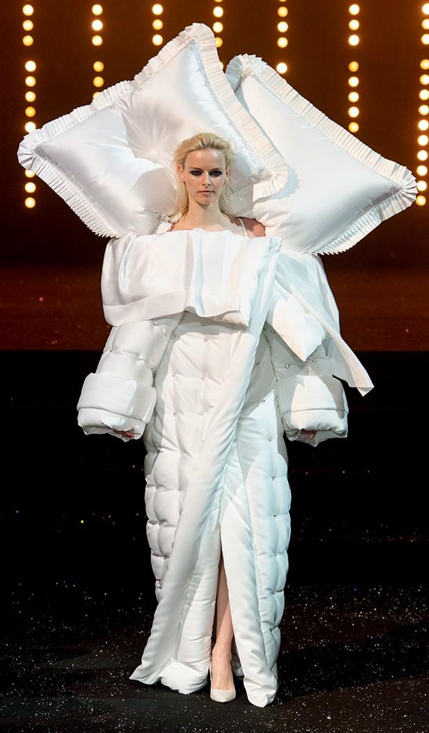 Ucha Meirelles Alta-Costura (O branco  de Viktor & Rolf) (Foto: Imaxtree)
