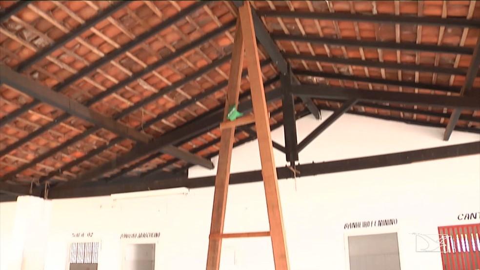 Improviso de madeira foi colocado no teto para impedir que teto desabe novamente. (Foto: Reprodução/TV Mirante)