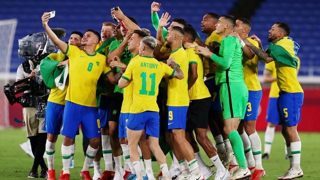Jogadores da seleção brasileira comemoram a conquista da medalha de ouro em Tóquio-2020