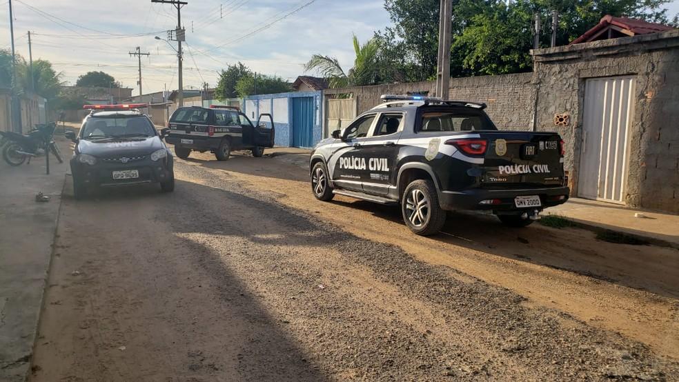Mandados foram cumpridos na casa do investigado no Bairro Santa Mariana — Foto: Polícia Civil/ Divulgação
