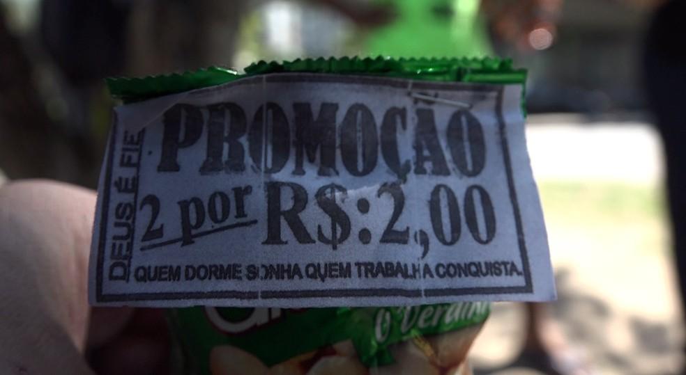 'Quem dorme sonha, quem trabalha conquista' - lema de vendedores de várias partes do Rio também é exibido pela Tropa do Sinal (Foto: Affonso Andrade/ G1)