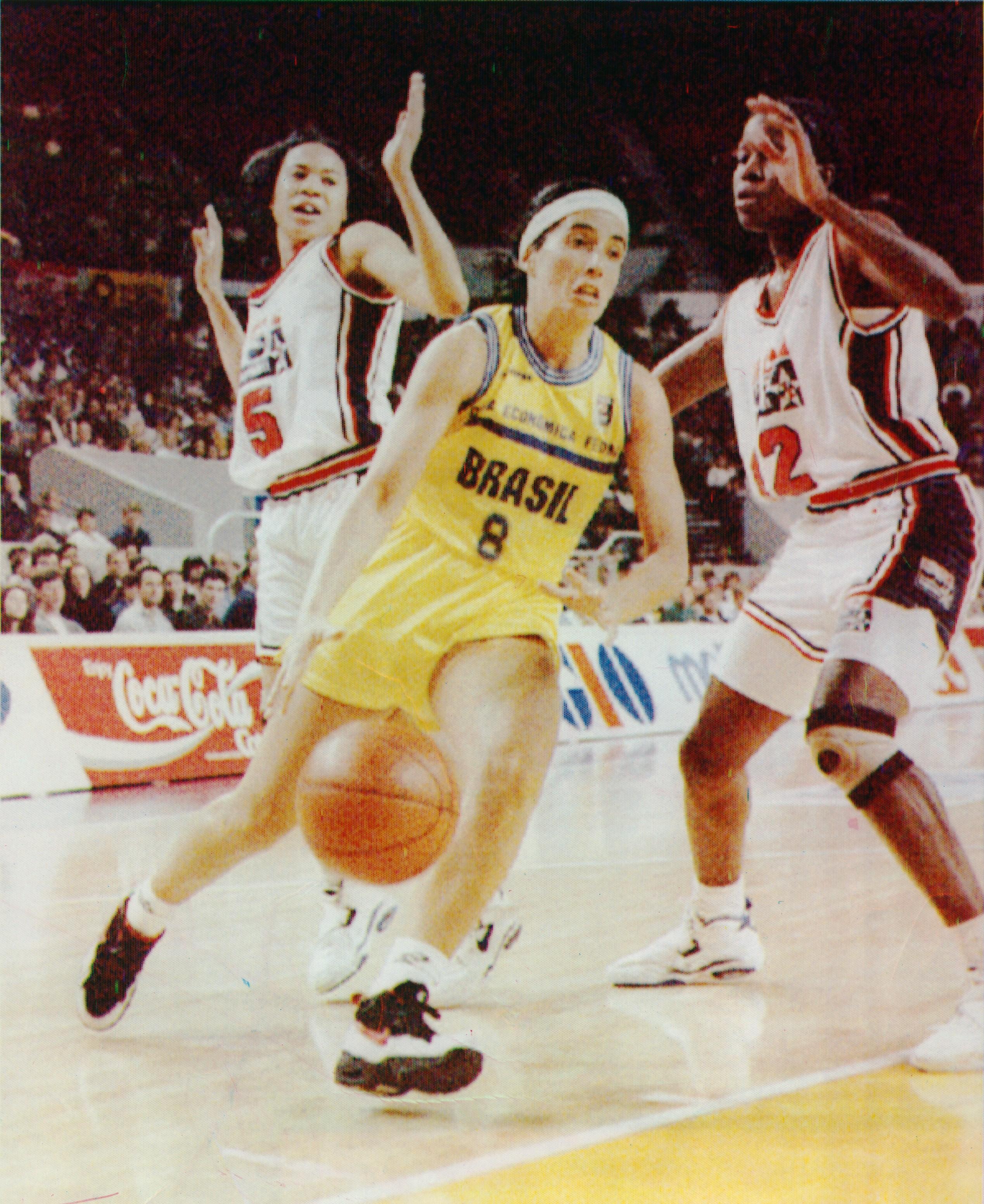 'Magic' Paula foge da marcação de Staley (5) e McClain (12) no jogo contra os EUA na semifinal do Mundial de 1994