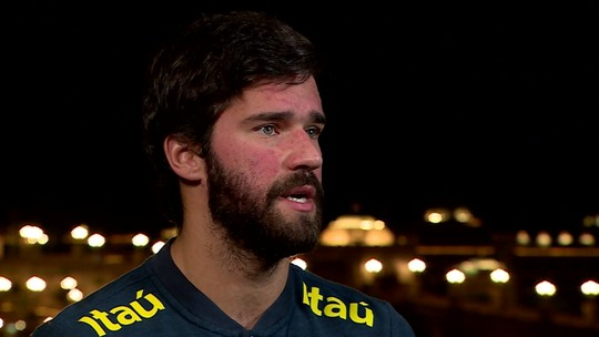 """De olho no Flamengo, Alisson diz: """"Vou trabalhar para não ter gol do Gabigol"""""""