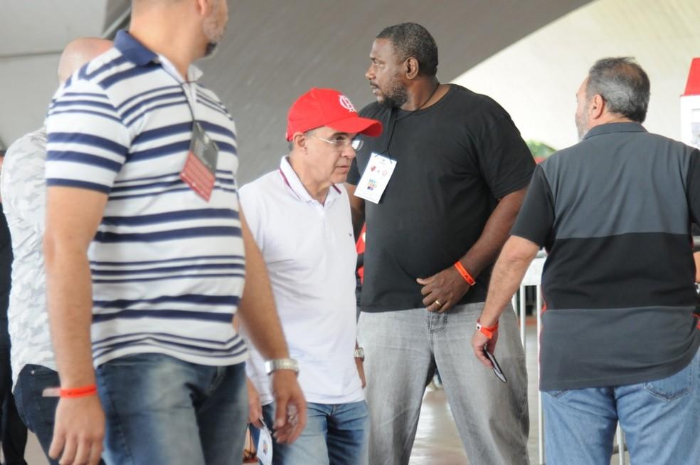 Eduardo Bandeira de Mello saiu escoltado por muitos seguranças na Ilha do Urubu (Foto: André Durão/GloboEsporte.com)