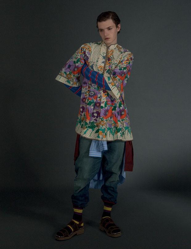 Vestido R$ 11.140 e Camisa listrada R$ 2.620 Gucci   Tricô Tommy Hilfiger R$ 288   Calça Polo Ralph Lauren R$ 1.030   Camisa Xadrez Ricardo Almeida R$ 615   Meias Cotton On R$ 30,90 (Foto: Gabriela Schmidt)