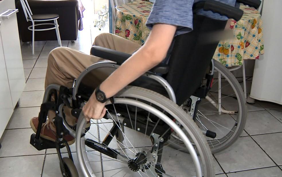 14/04: Cadeirantes precisam higienizar a cadeira de rodas várias vezes ao dia por causa do novo coronavírus. — Foto: Reprodução/EPTV