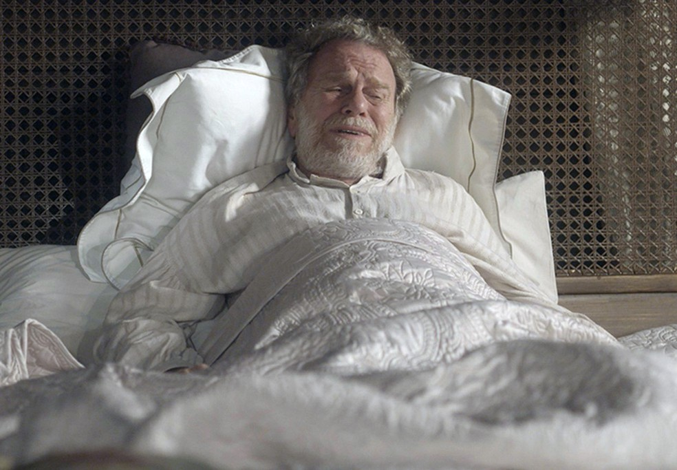 Wolfgang (Jonas Bloch) piora muito após tomar a sopa envenenada por Greta (Julia Lemmertz), em 'Novo Mundo' — Foto: TV Globo