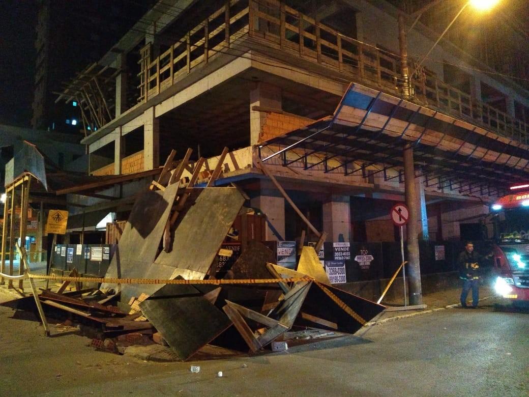 Proteção lateral de construção desaba em Itapema