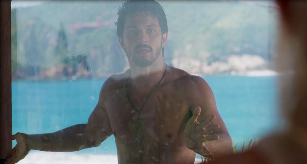 Marcos (Romulo Estrela) aparece só de toalha para ajudar Paloma (Grazi Massafera) em 'Bom Sucesso' — Foto: Globo