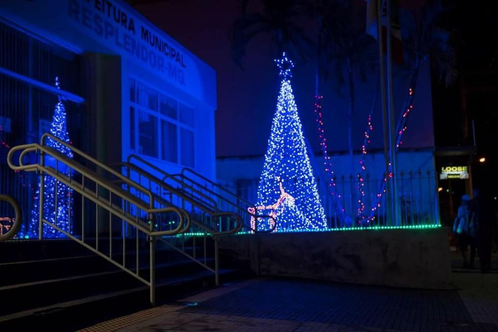 Prefeitura e três praças também receberam decoração de Natal (Foto: Carlos Dorio Costa/Arquivo Pessoal)