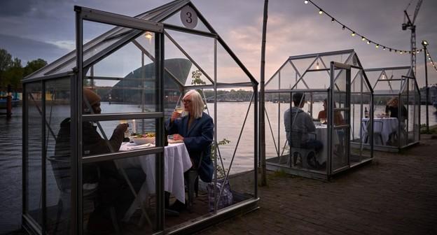 """Restaurante propõe usar """"estufas"""" para servir clientes com distanciamento"""