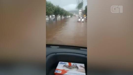 Chuva forte alaga ruas em Itaperuna, no RJ