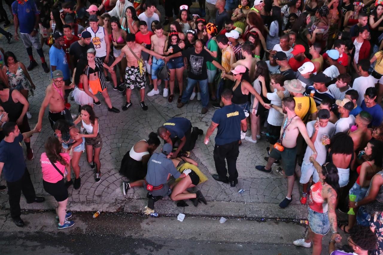 Jovem baleada em bloco de carnaval em SP recebe alta de hospital