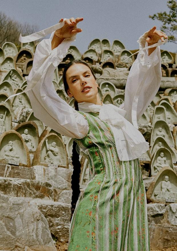 Alessandra Ambrosio com look Louis Vuitton, no templo Waujeongsa, em Seul (Foto: Rafael Pavarotti, Tuomas Lehtinen/Thinkstock e Divulgação)