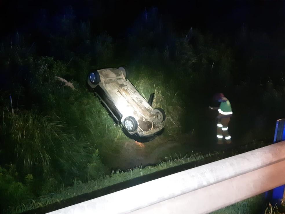 Motorista capotou o carro e saiu da pista após bater contra o caminhão— Foto: Divulgação/PRF