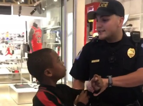 Vídeo: Rapper mirim é preso em shopping por tentar vender seus CDs