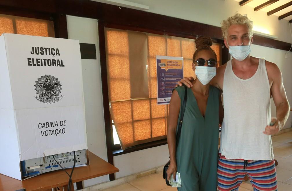 Igor Rickli e Aline Wirley votam no Rio de Janeiro — Foto: Dilson Silva/AgNews
