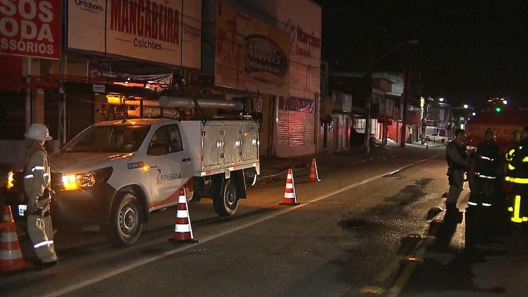 Fiação de poste pega fogo e parte de avenida fica sem energia, em João Pessoa
