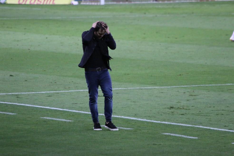 Eduardo Coudet, em Inter x Flamengo — Foto: Eduardo Deconto / ge