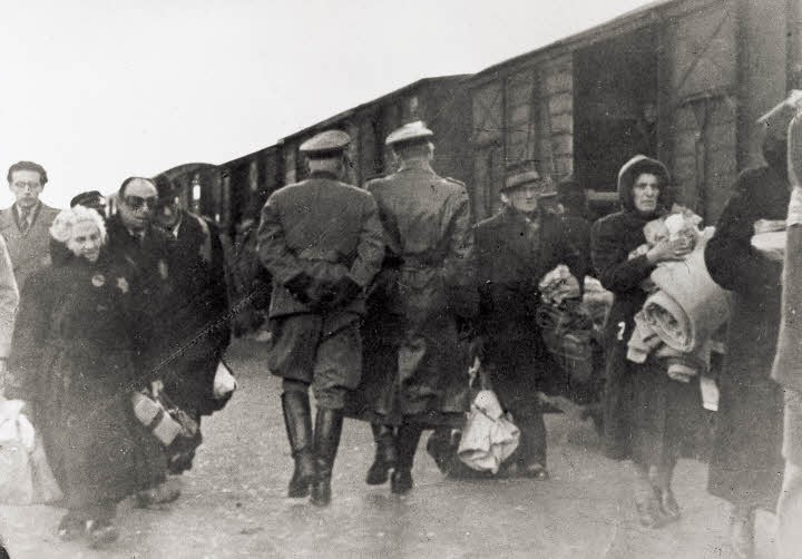 Oficiais alemães na plataforma do campo de transição de Westerbrok perto de um comboio que está prestes a partir (Foto: Anne Frank Org)