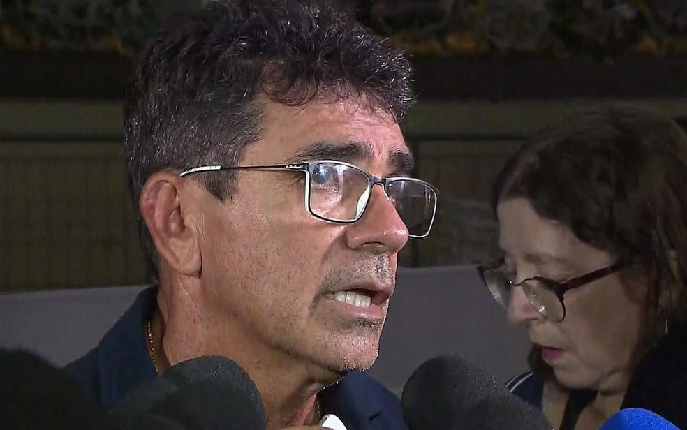 Pai de Gabriel Diniz, Cizinato Diniz, no velório do filho, em João Pessoa — Foto: Reprodução/TV Globo