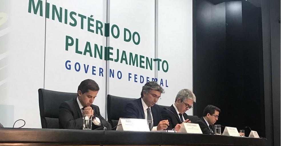 Ministro do Planejamento, Esteves Colnago (centro), apresenta texto da LDO de 2019 sancionado por Temer (Foto: Laís Lis/G1)