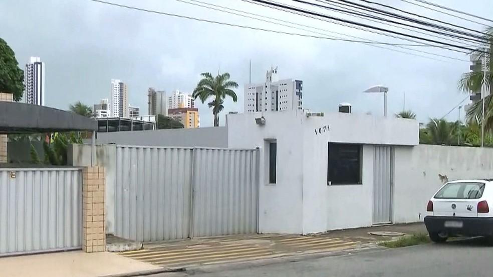 Suspeito invadiram agência bancária pelo portão que fica na parte de trás, em João Pessoa — Foto: Reprodução/TV Cabo Branco