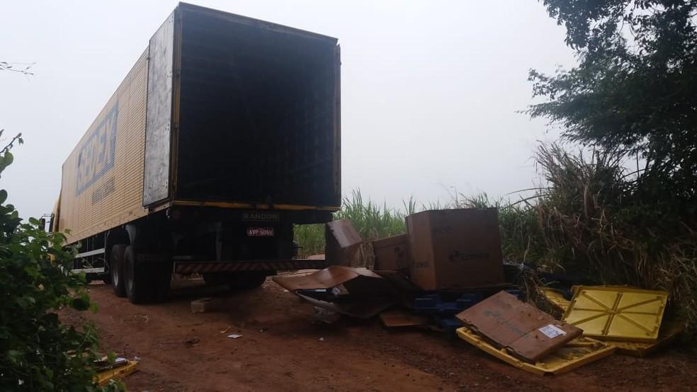 Carreta dos Correios foi levada para uma estrada de barro e carga foi roubada (Foto: Divulgação/PRF)