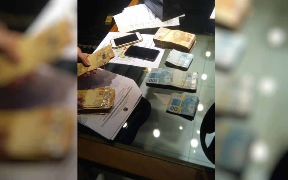 Quantia em dinheiro também foi apreendida durante a operação  — Foto: PF/Divulgação