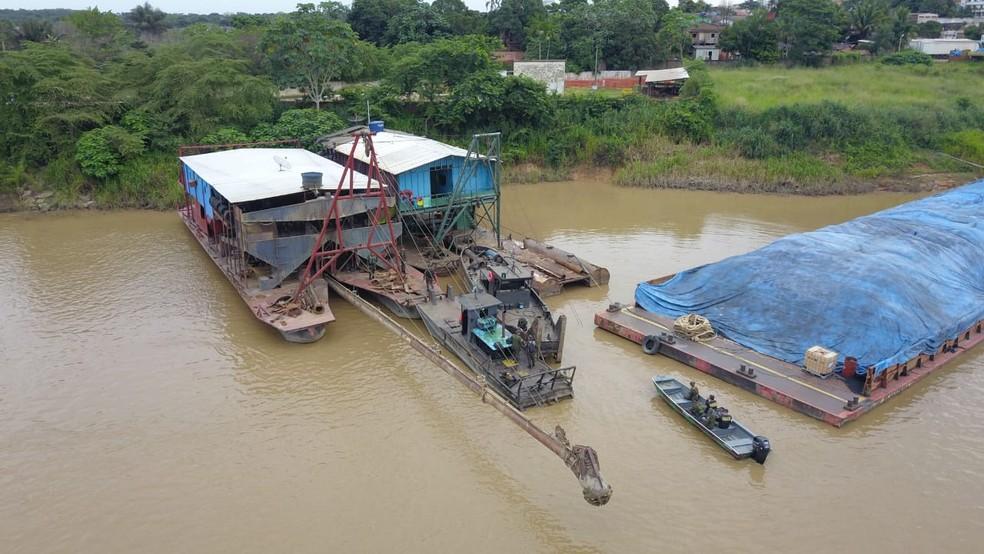 Dragas estavam em área proibida para extração de ouro — Foto: PMA/Divulgação