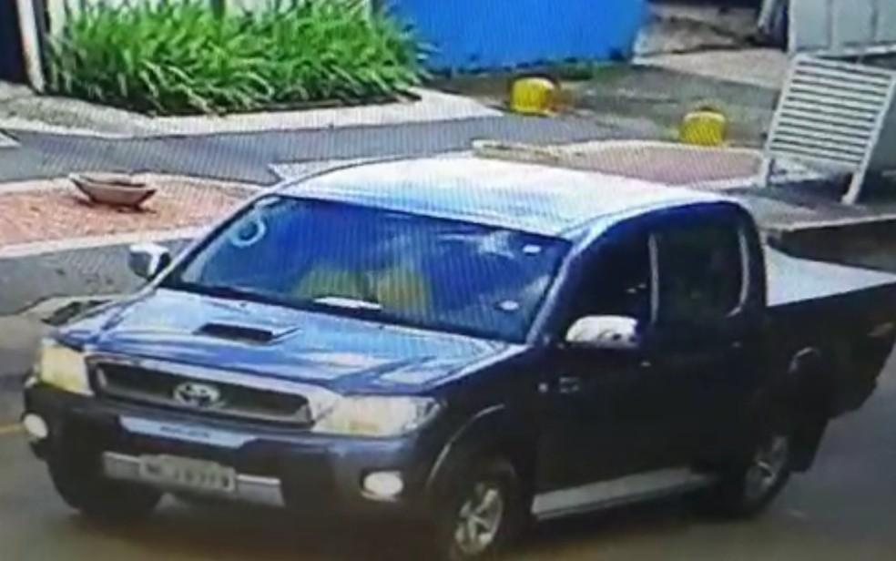 Imagem de câmera de segurança mostra aposentado desaparecido no banco do carona de caminhonete, em Goiânia — Foto: Reprodução/TV Anhanguera