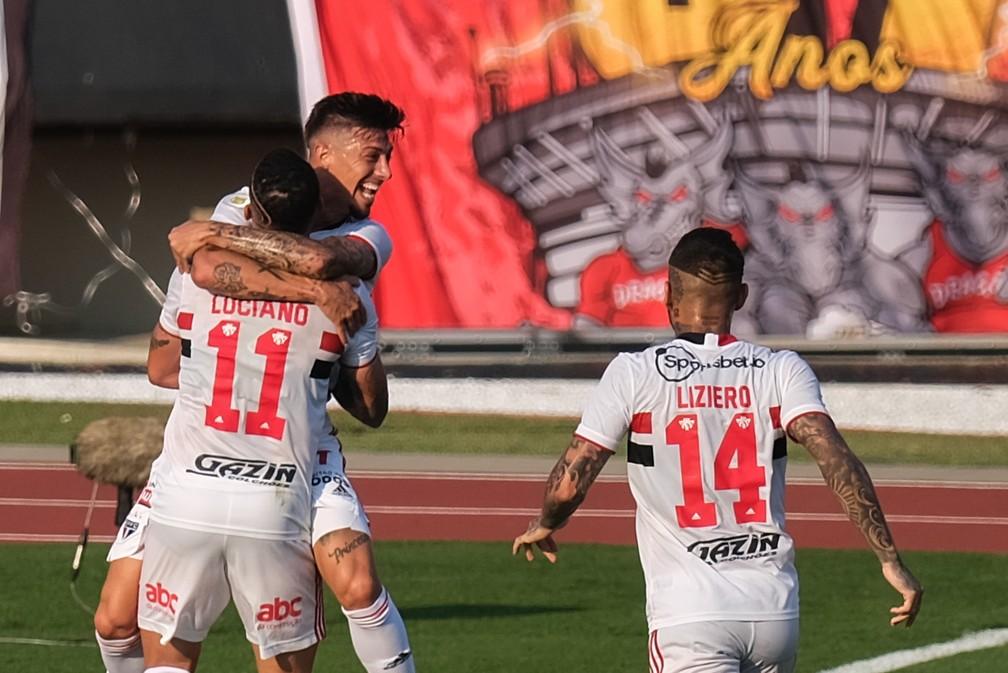 Rigoni comemora o gol anotado contra o Atlético-GO — Foto: Marcello Zambrana/AGIF