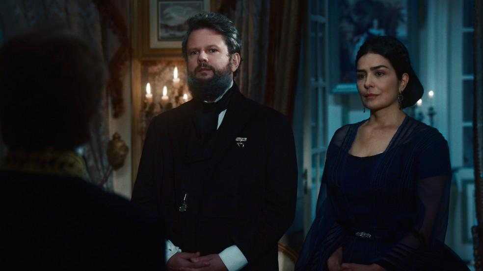 Pedro II (Selton Mello) e Teresa Cristina (Leticia Sabatella) explicam que os príncipes disputarão por casamento em 'Nos Tempos do Imperador' — Foto: Globo