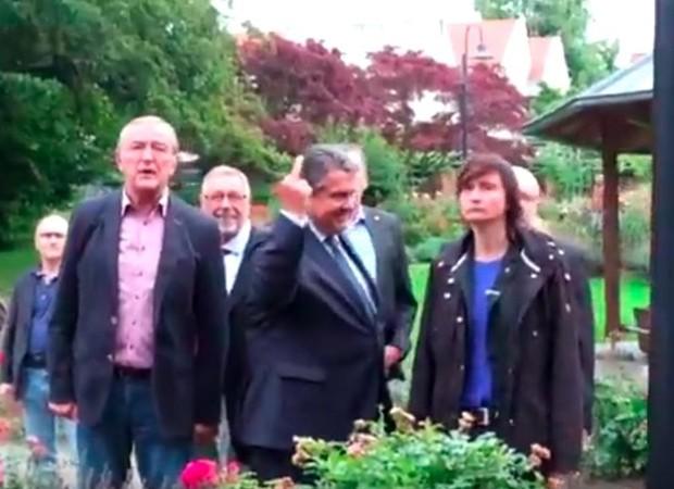 Vice-chanceler alemão, o social-democrata Sigmar Gabriel, fez um gesto obsceno com o dedo a militantes de extrema-direita (Foto: Reprodução/Facebook)