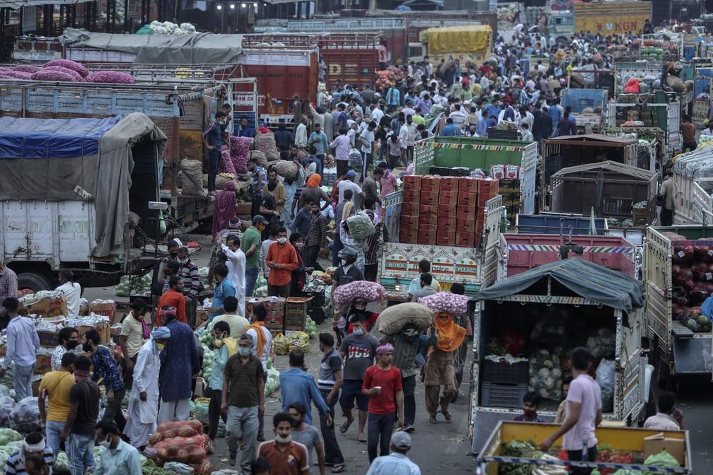 Indianos lotam mercado de vegetais em Jammu, na Índia, em 4 de maio de 2021 — Foto: Channi Anand/AP