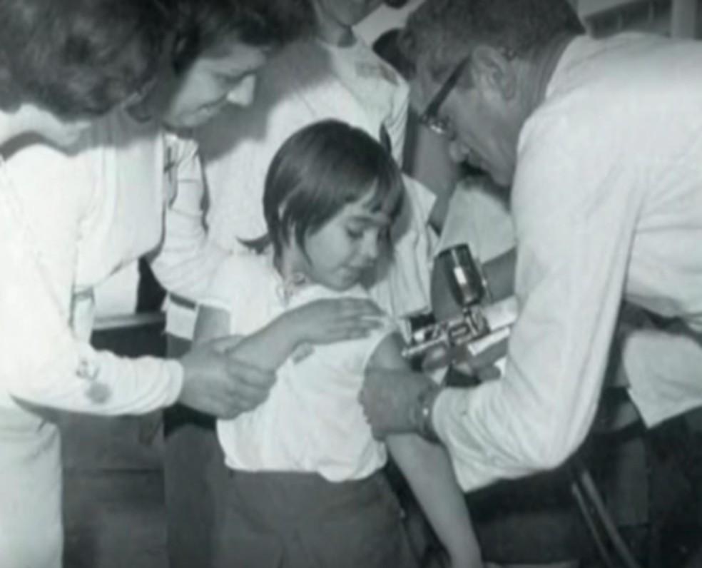 Vacinação contra meningite durante a epidemia da década de 1970 — Foto: Reprodução / TV Globo