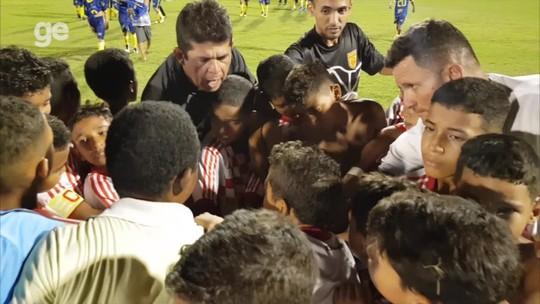 Técnico e auxiliar consolam choro de jogadores após derrota na final e motivam time a não desistir