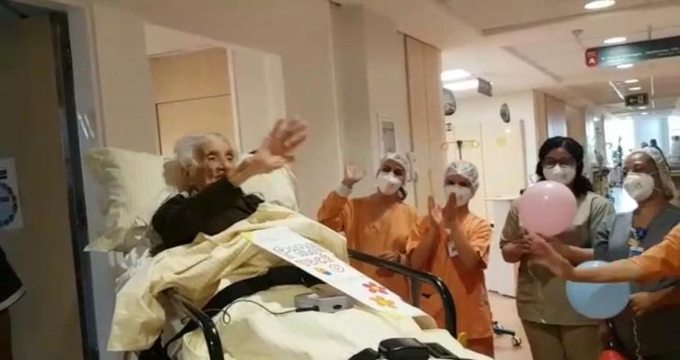 Henriqueta Soares Marques, de 110 anos, recebe alta do hospital Albert Einstein, em São Paulo, nesta quarta (31), após contrair Covid-19 — Foto: Arquivo pessoal