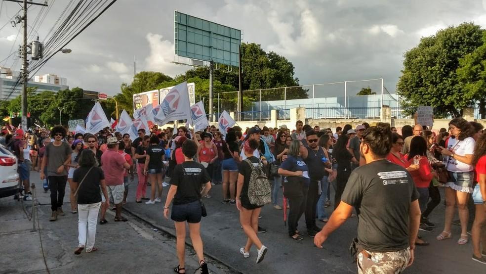 Com faixas e cartazes, manifestantes fazem novo ato em Maceió contra a reforma da Previdência — Foto: Matheus Tenório/G1
