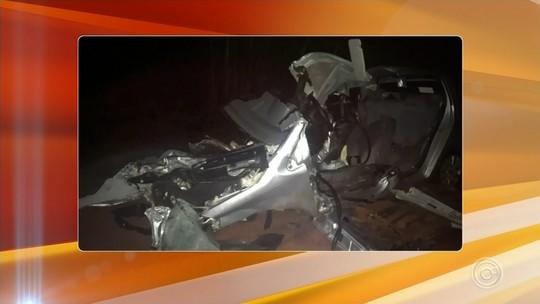 Mulher morre após bater carro em caminhão na Raposo Tavares em Angatuba