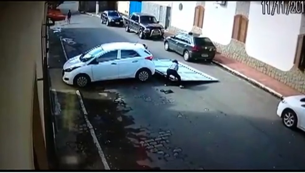 Acidente aconteceu em uma rua do Centro — Foto: Reprodução